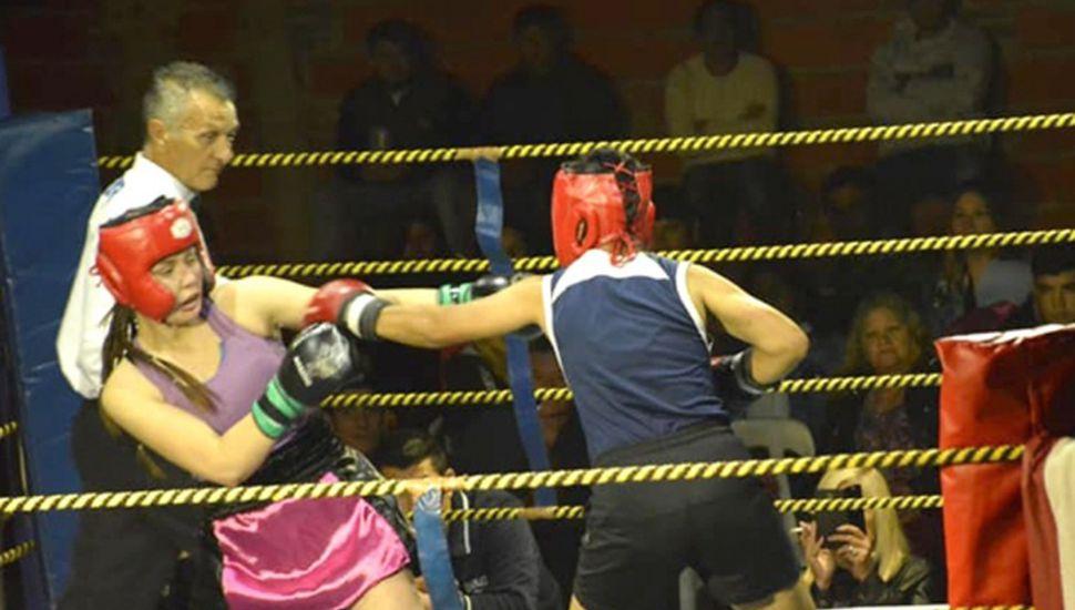 Pasaje de la pelea de la linqueña Carmen Bratschi e Iara Molina, quien triunfó por puntos en Ramallo.