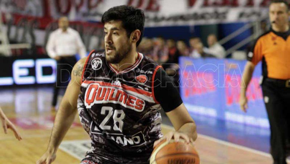 Enzo Ruiz, jugando para Quilmes.