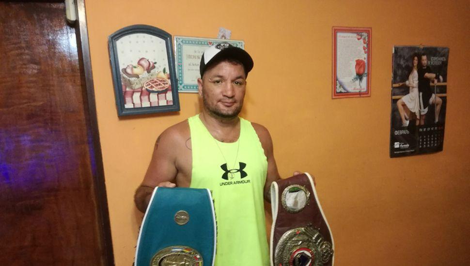 """En el profesionalismo, el boxeador Oscar """"Piñón Fijo"""" Medina fue campeón Latino y Sudamericano."""