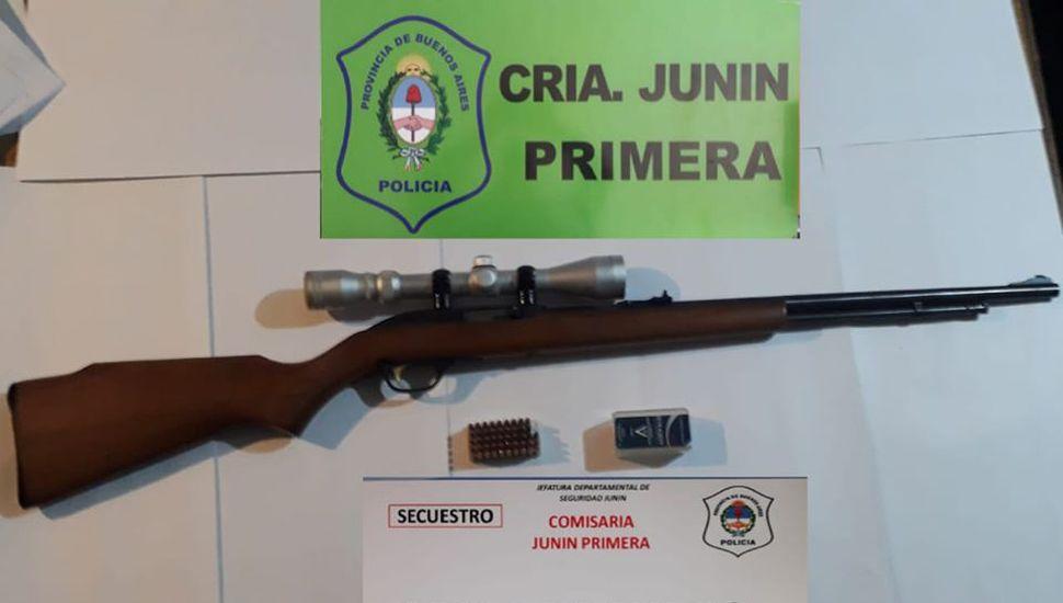 La carabina, entre las tres armas incautadas.