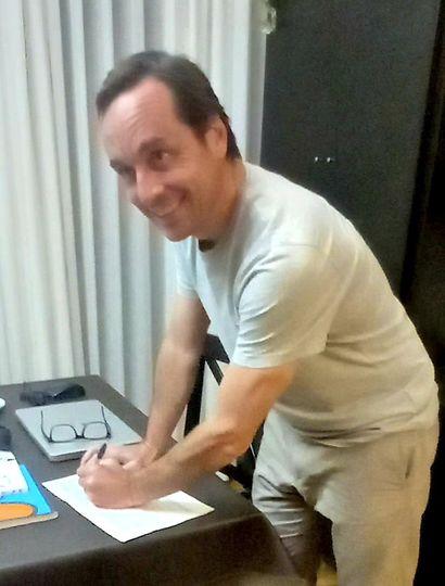 Juan Pablo Itoiz, ayer, al momento de firmar.