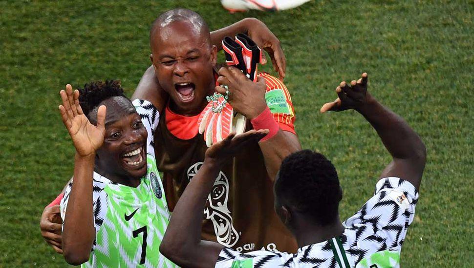 Ahmed Musa, la figura de Nigeria, festeja con sus compañeros.