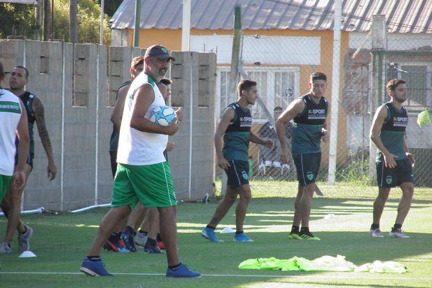 Delfino con el balón. El entrenador de Sarmiento arrancó la semana con un  ensayo de fútbol.