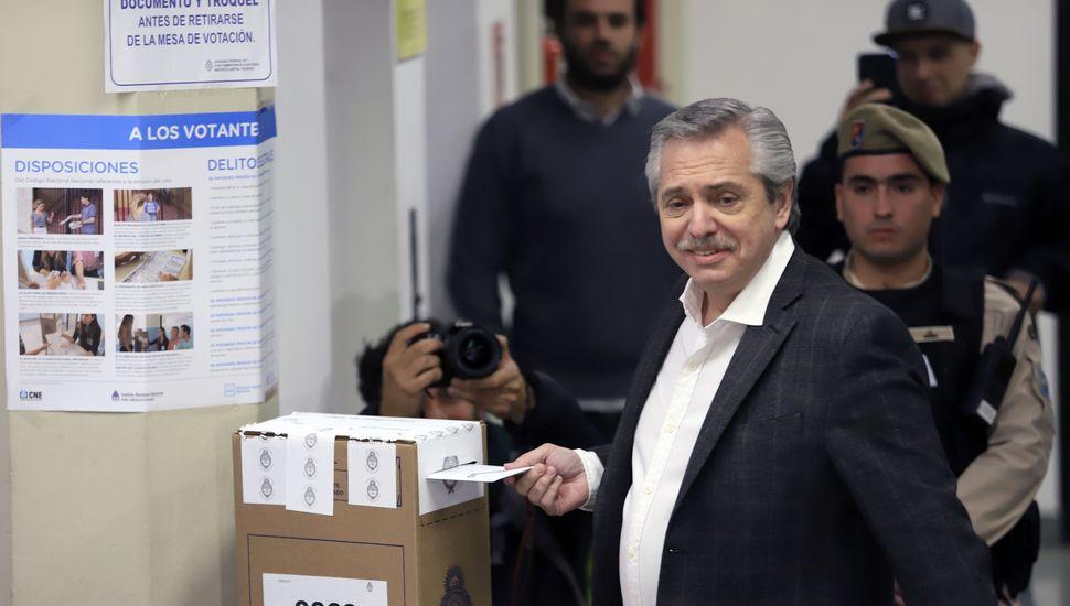 """Alberto Fernández votó en Capital y acusó a Peña de """"estar nervioso"""""""