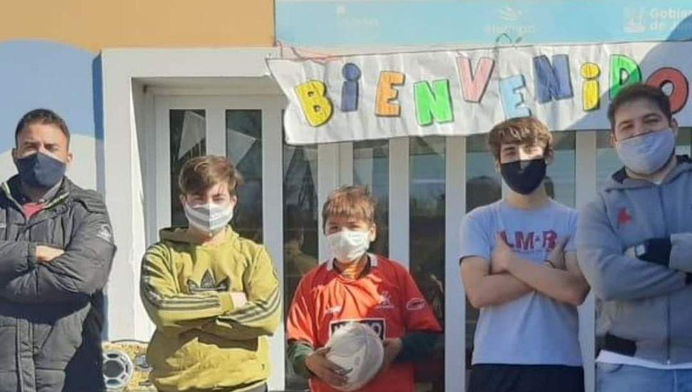 Juveniles de Los Miuras, en la entrega de los obsequios.