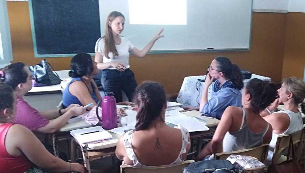 """La licenciada Belén Curaratti ofreciendo la capacitación sobre """"Prácticas de evaluación en el área de matemática""""."""