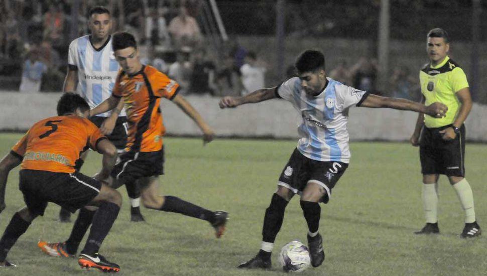Acevedo (RJ) maniobra con el balón ante la marca de Alderisi (B.A.P.), durante el encuentro de anteanoche que ganó el albiceleste 1 a 0.