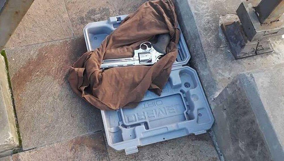 El revólver era transportado en una maleta, tipo de herramientas.