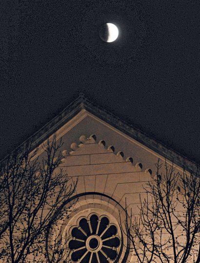 La luna, sobre la Iglesia Sagrado Corazón.