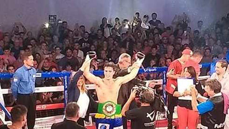 """El festejo de """"Machete"""" Escudero Besana al ser consagrado ganador de la pelea ante su público, noqueando a Trosch."""
