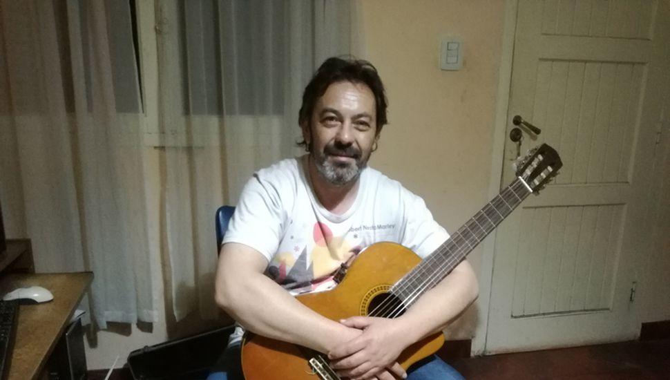 Carlos Craviolatti formó parte de grandes bandas locales, como Café Tokio, Isidoro del Rey y Martillo de Plata.