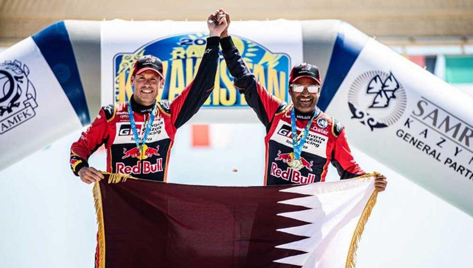 Nasser Al-Attiyah festeja en el podio con su navegante, Matthieu Baumel.