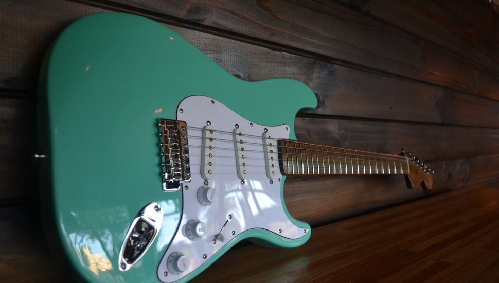 Entregan crédito a jóvenes que fabrican guitarras eléctricas