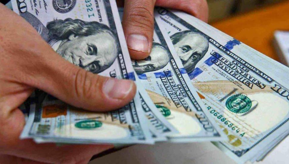El dólar, debajo de  los $44