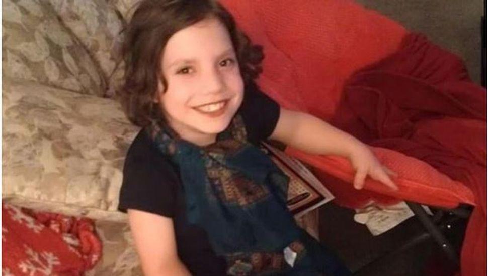 Adoptaron una nena de 6 pero resultó ser una mujer de 22 años con enanismo que los quiso matar