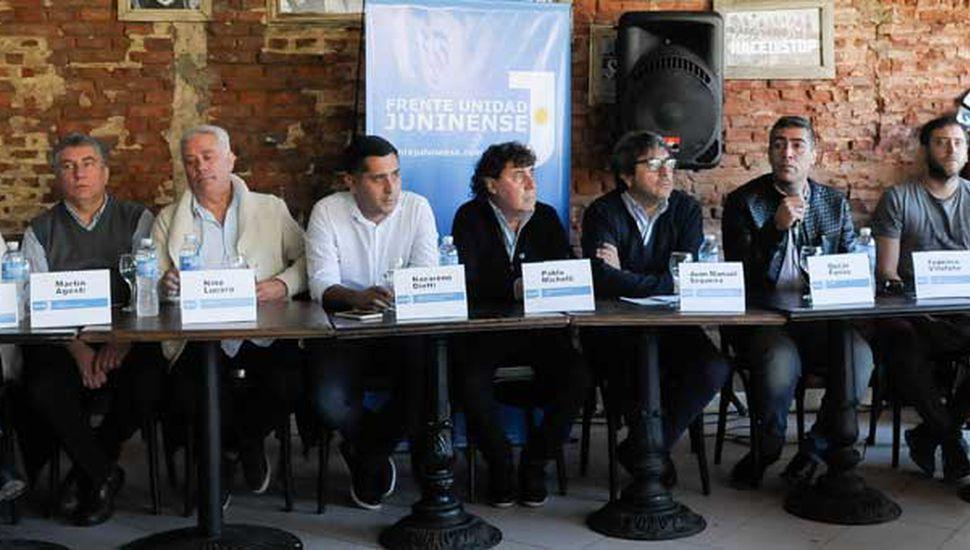 En la mesa, ayer, los dirigentes se presentaron en sociedad.