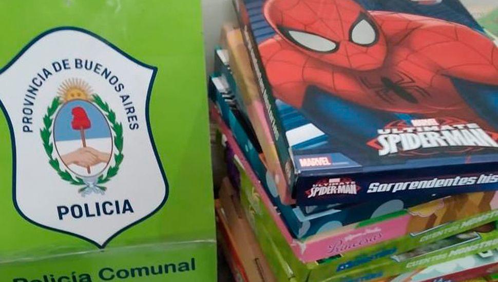 Algunos de los libros que logró confiscar personal de la Policía Comunal local.