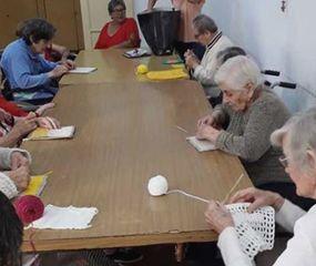 Los abuelos se preparan para una nueva celebración de su hogar.