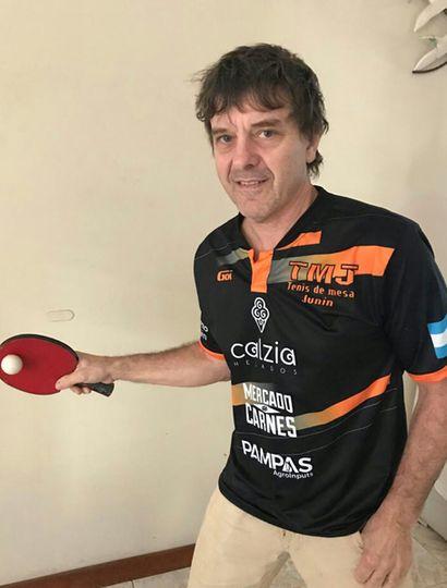 Apasionado por el básquet, a sus 49 años el reconocido profesor Daniel Bergamini descubrió el tenis de mesa.