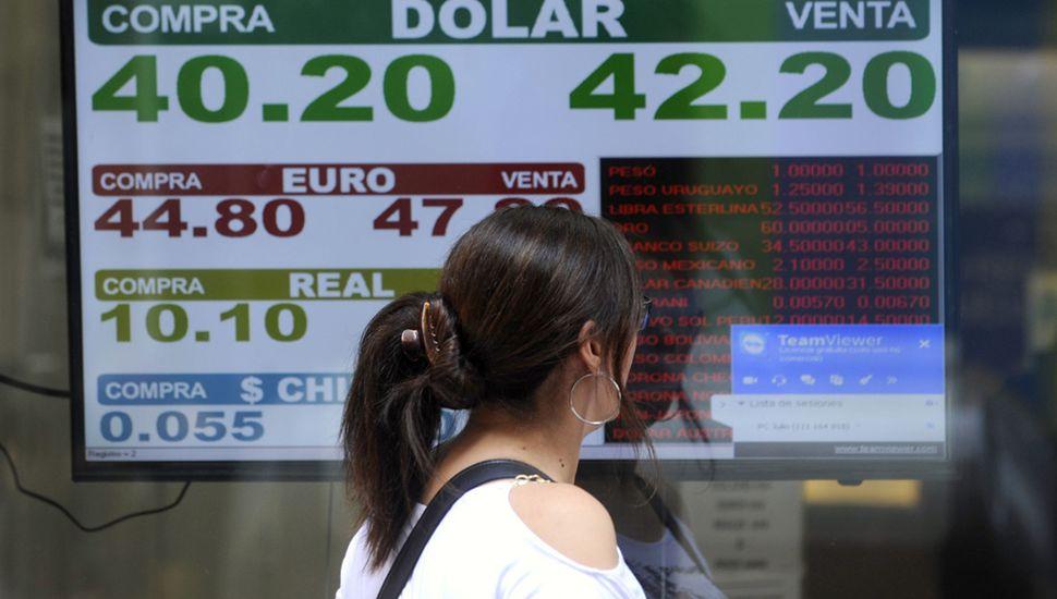 """El dólar marcó un récord de $43,41 y el Gobierno negó """"preocupación"""""""
