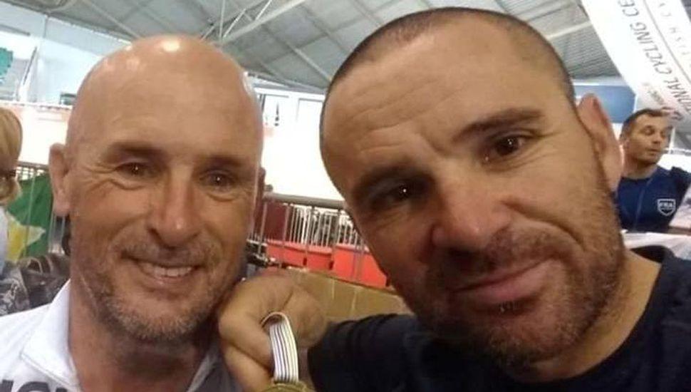 """Dario Pagliaricci (derecha) ganó ayer la medalla de oro y festeja juntoa su """"compadre"""", Alejandro Actón quien sumó preseas dorada y bronceada en Manchester."""
