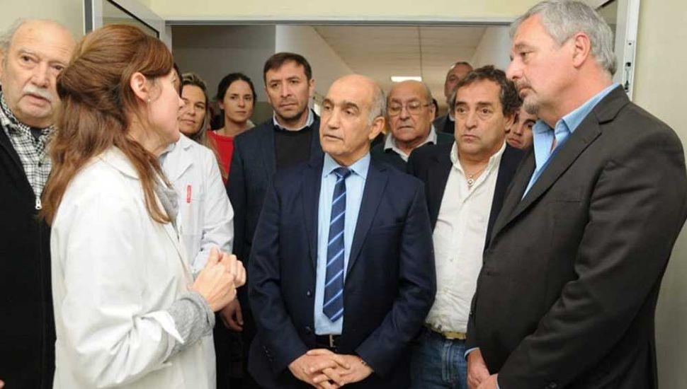 La pediatra Analía Guilera junto al vicegobernador Daniel Salvador, el secretario de Salud Mario Raposo y el intendente Claudio Rossi.