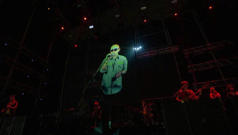 El holograma del Indio Solari que enloqueció a los fanáticos durante el show de los Fundamentalistas del Aire Acondicionado en Malvinas Argentinas.