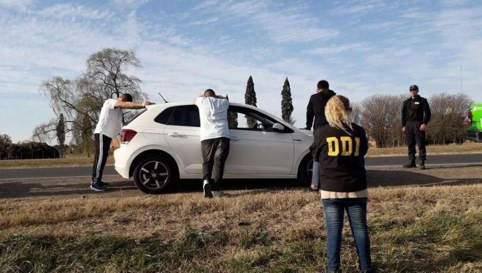Los tres hombres, detenidos en la ruta.