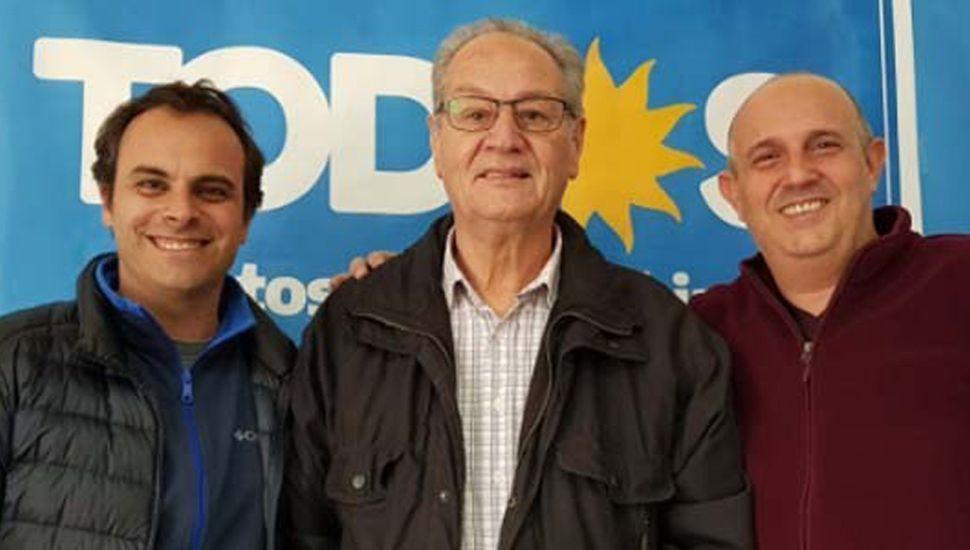 """""""Fredy"""" Zavatarelli y Alexis Guerrera celebrando el triunfo con Humberto """"Tito"""" Blas (centro), ex legislador provincial y quien le permitió iniciarse en la política al actual intendente."""