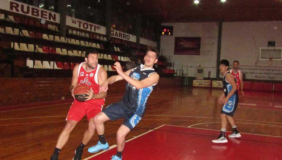 Nicolás Maggi carga contra Matías Bello.