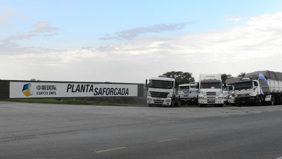 Camiones apostados en la entrada de Nidera, ayer.