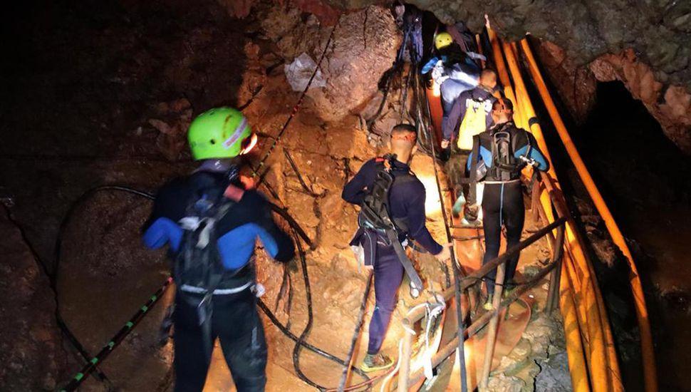 Los equipos de rescate trabajan en condiciones muy peligrosas para salvar a los 12 niños y a su entrenador atrapados bajo tierra.