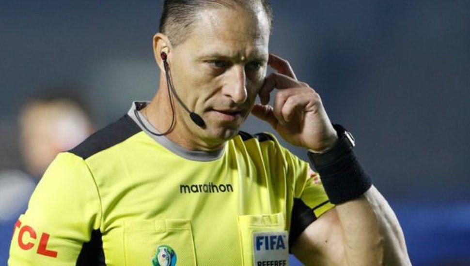 Néstor Pitana va a arbitrar Chile-Colombia