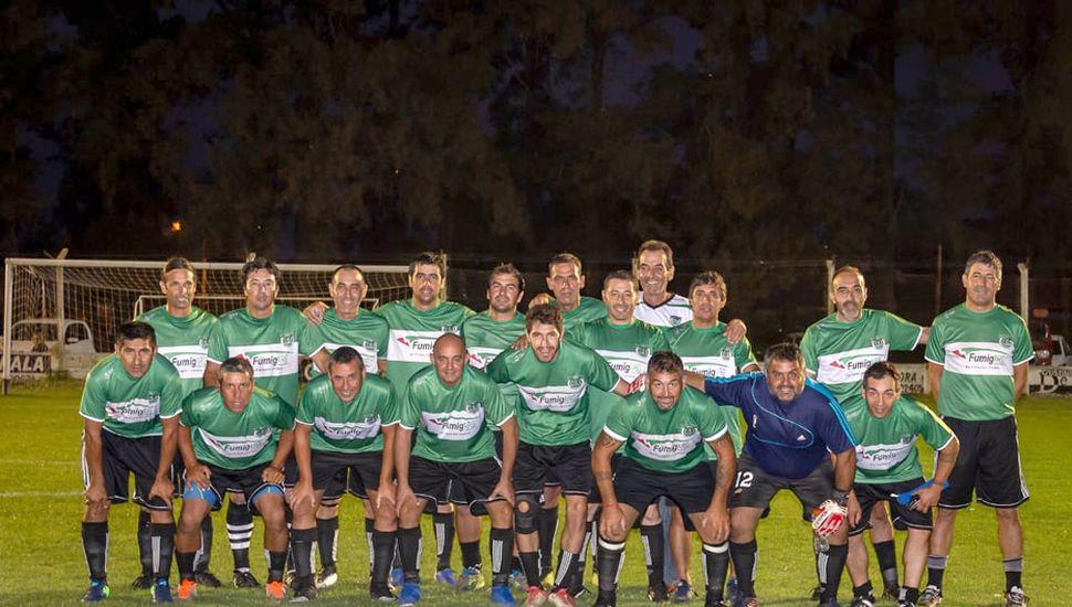 El plantel que presentó Sportivo Sarmiento de Germania para coronarse campeón del torneo Seniors.