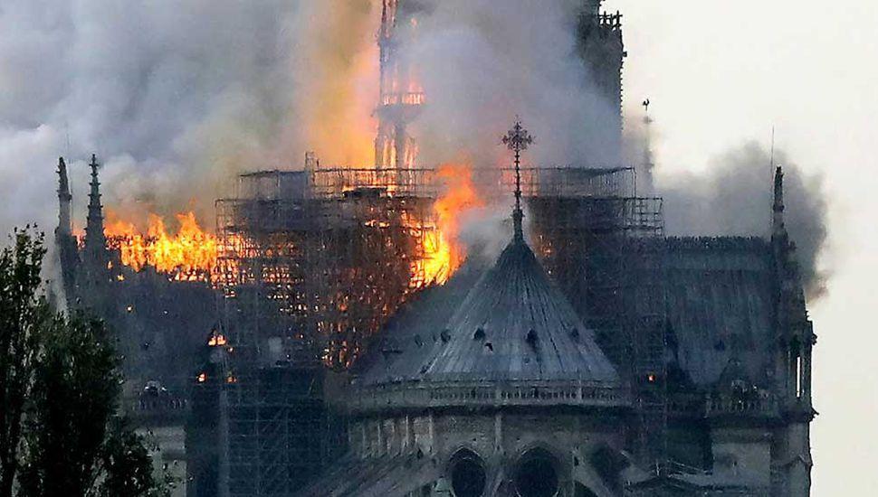Tremendo y descontrolado incendio consumió la famosa catedral de Notre Dame de París