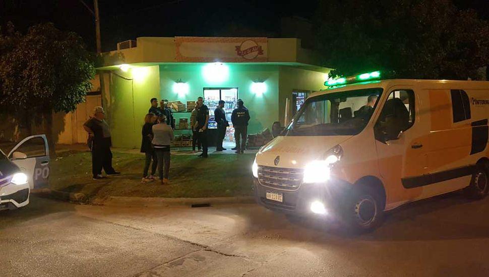 Movimiento policial en la puerta de la despensa del barrio Marcilla.