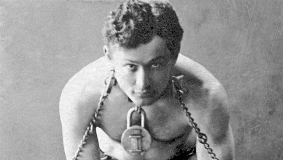 Harry Houdini, el mago del escapismo.