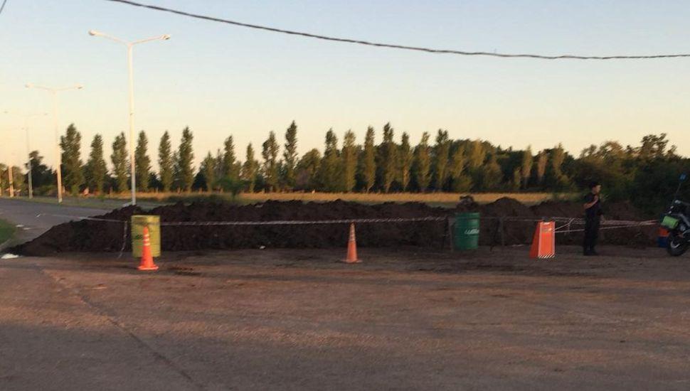 Un muro de tierra en el ingreso a Chacabuco