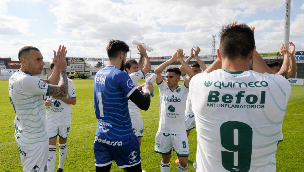 Los jugadores de Sarmiento saludan a sus hinchas en el partido ante Vila Dálmine. Nuevamente como locales, buscarán el lunes vencer a Gimnasia de Mendoza.