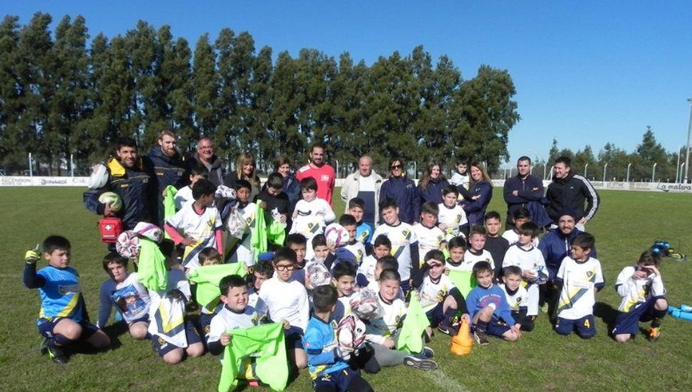 Entregaron material deportivo a los clubes Singlar y Belgrano
