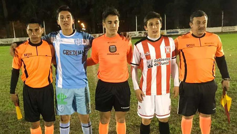 Los árbitros y los capitanes del cotejo jugado en el estadio de Sarmiento de Vedia.