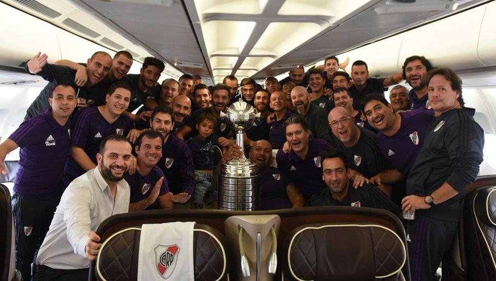 Los jugadores de River, con la copa, llegando al país.