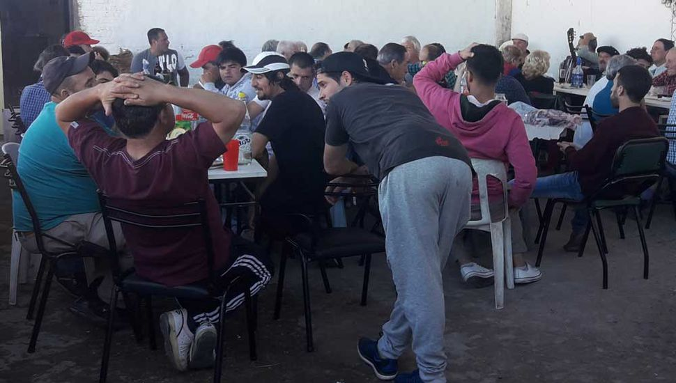 Comensales que compartieron el almuerzo para recaudar fondos para la obra dela cancha de pelota a paleta en el Club Sarmiento.