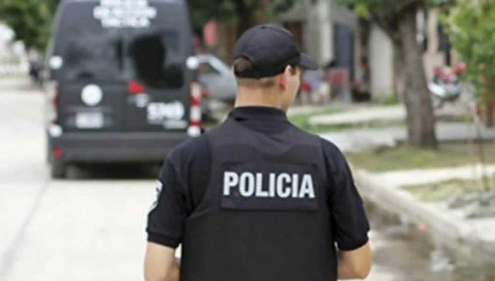 Vestidos de policías ingresaron y asaltaron  en una vivienda
