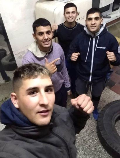 Lucas García y detrás suyo, Agustín y Juan Burgos (quienes van a combatir el próximo viernes) y un compañero de gimnasio, el amateur Axel Rodríguez.