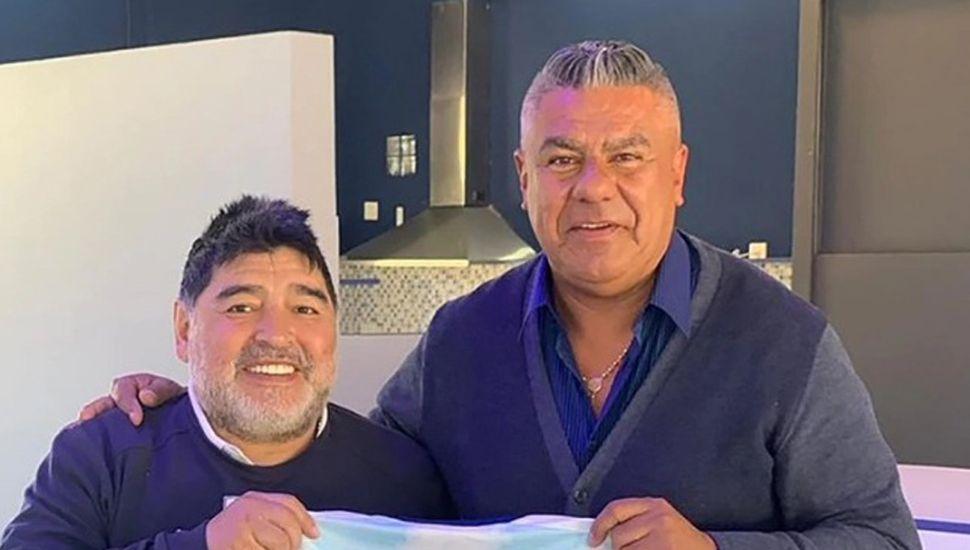 Diego Maradona junto a