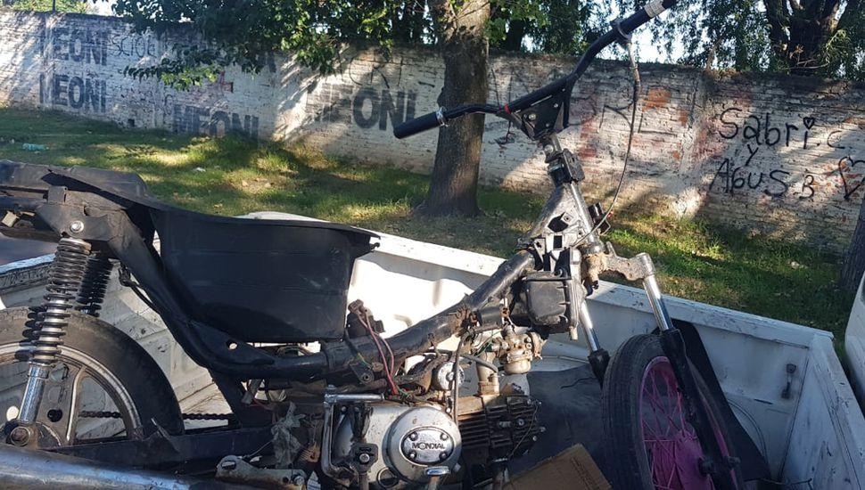 La moto fue hallada en estado de abandono.