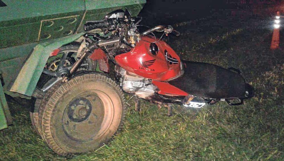 La motocicleta impactó contra la parte trasera del equipo.