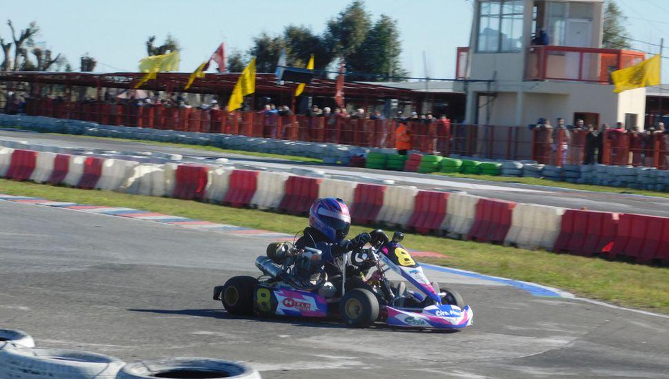 Fiamma Tabella llega a la meta y subirá al podio, al finalizar en la tercera posición del Kart Plus, en Zárate.
