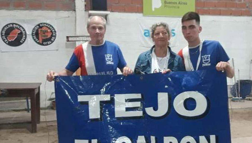 """Walter Verggini (izquierda), Norma Mera y Kevin Verggini fueron campeones del provincial jugado en """"Las Vías"""" de Mar del Plata."""